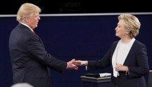 La stretta di mano tra i due  competitors