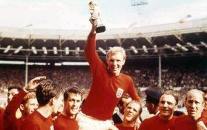 Bobby Moore, nel 1966, con la Coppa Rimet