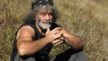 Mauro Corona è uno scrittore-alpinista friulano. Da tempi non sospetti predica uno stile di vita sobrio e a contatto con la natura.