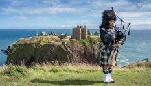 Un tipico suonatore di cornamuse, in Scozia.