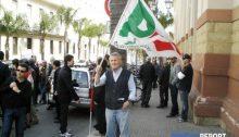 Un militante sventola la bandiera del Partito Democratico