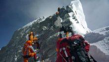 """La cima dell'Everest è oggi soggetta a un flusso continuo di """"alpinisti"""" edonisti"""