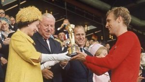 La Regina Elisabetta consegna a Bobby Moore la Coppa rimet del 1966