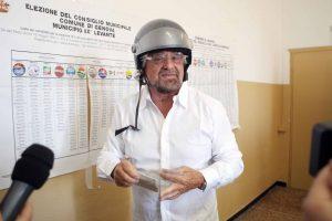Beppe Grillo, ieri al seggio della sua città, Genova.