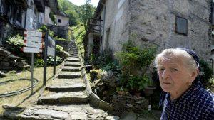 Paolina Grassi, 91 anni, vive da sola a Socraggio, vicino al Lago Maggiore