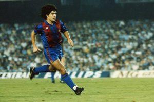 Un giovanissimo Maradona con il Barcellona